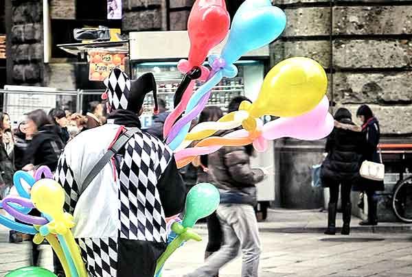 artisti di strada per inaugurazione attività commerciale